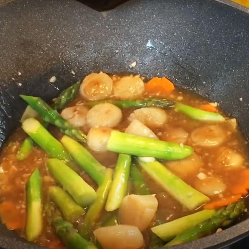 Bước 4 Xào các nguyên liệu Cồi sò điệp xào măng tây