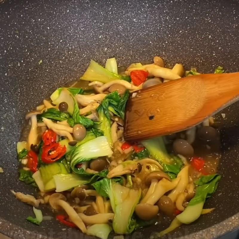 Bước 4 Xào nguyên liệu Cồi sò điệp xào nấm cải