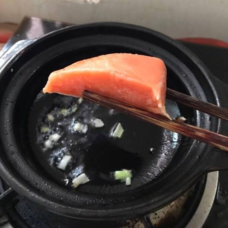 Bước 2 Xào nguyên liệu Cháo cá hồi đậu hũ non