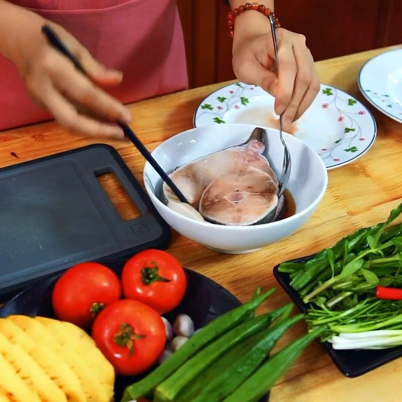Bước 2 Ướp thịt cá Canh chua cá bớp nấu dứa