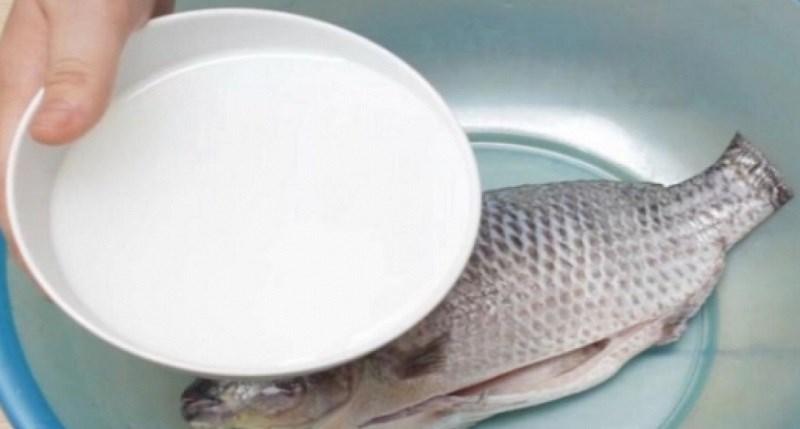 Công dụng của nước vo gạo để khử mùi cá