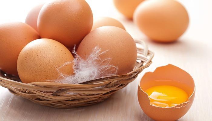 Cách phân biệt trứng sống và trứng chín