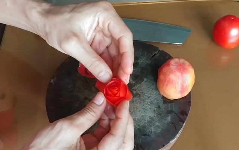 Cuộn tròn để tạo dáng hoa hồng