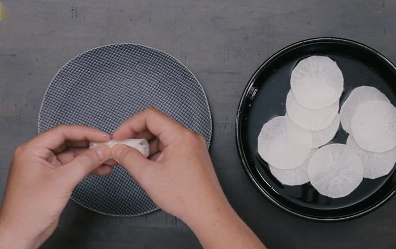 Cuộn tròn để tạo dáng hoa