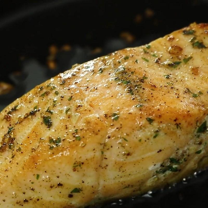 Bước 3 Áp chảo cá hồi Salad  cá hồi dầu giấm