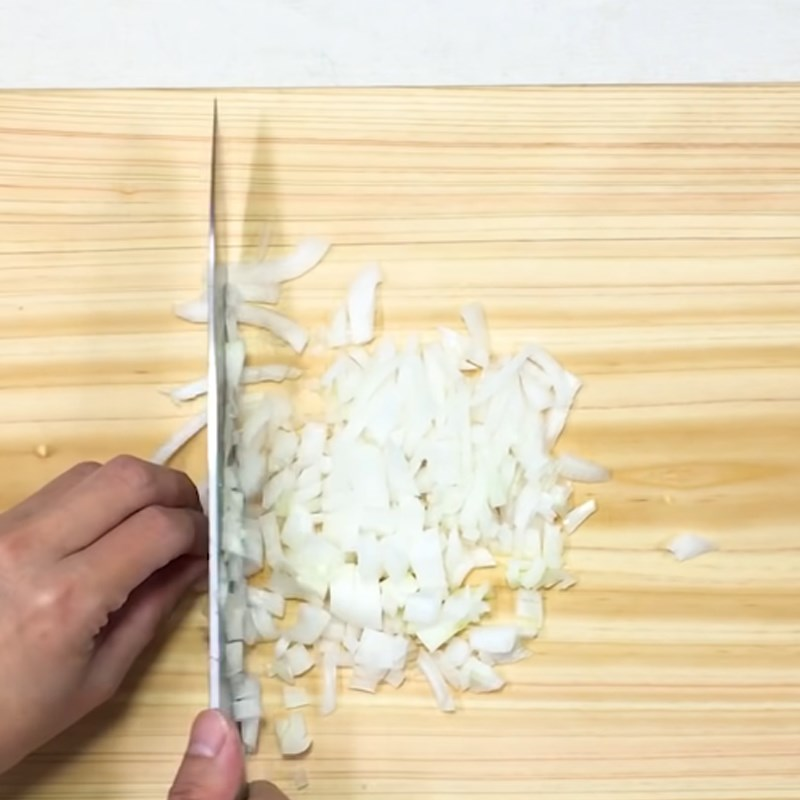 Bước 1 Cắt nhỏ các nguyên liệu Trứng cuộn cơm rau củ