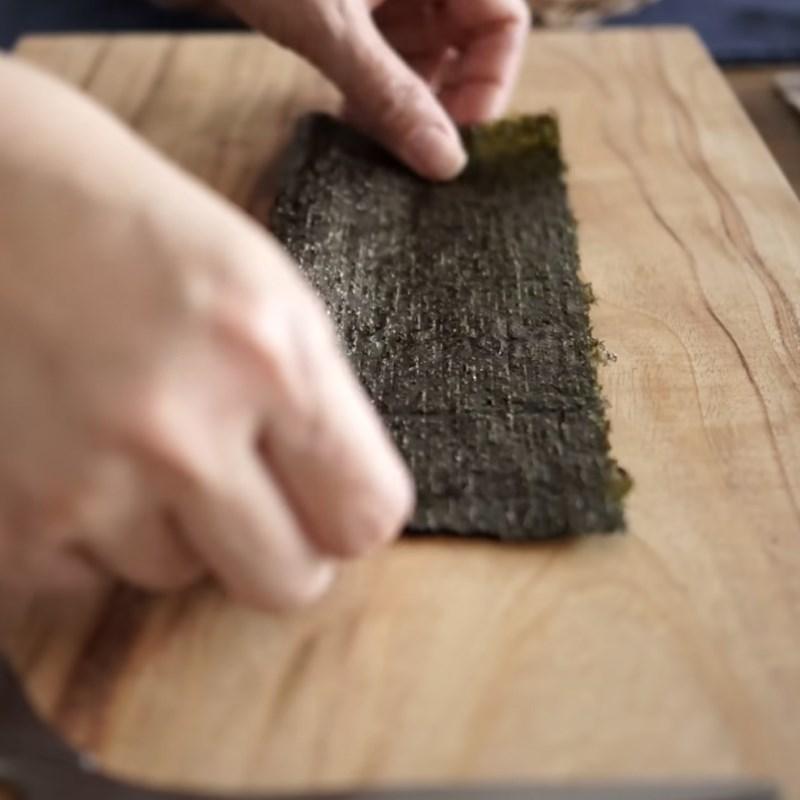 Bước 2 Cắt phô mai và rong biển Trứng cuộn cơm thịt xông khói