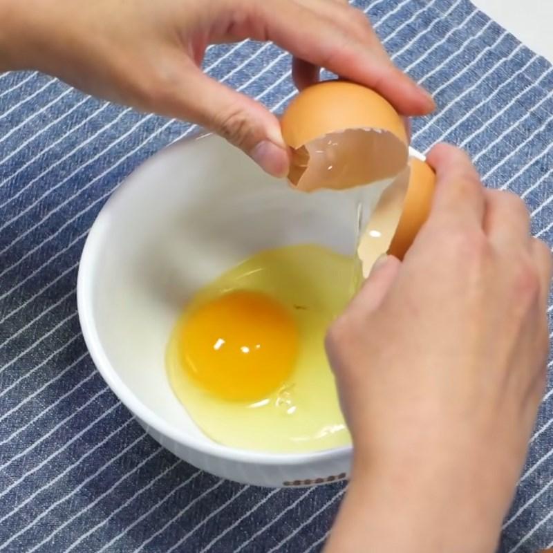 Bước 2 Đánh trứng Trứng cuộn cơm rau củ