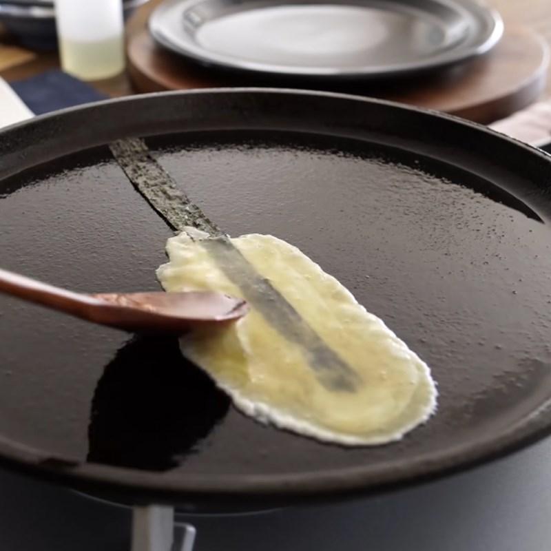 Bước 4 Làm trứng cuộn cơm Trứng cuộn cơm thịt xông khói
