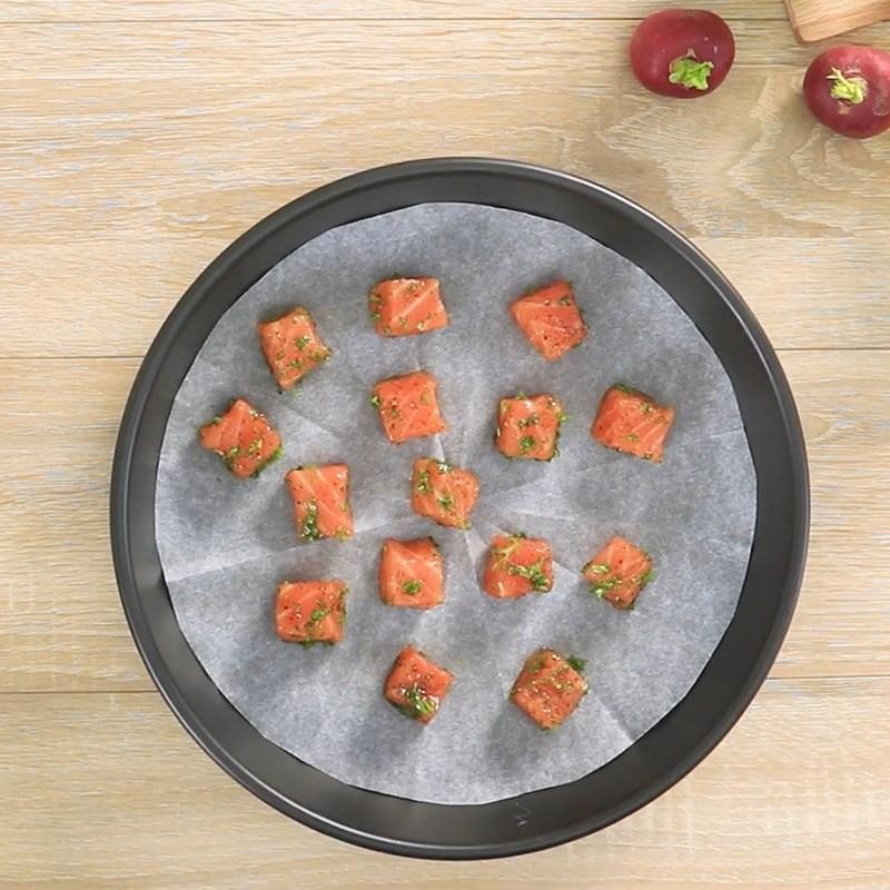 Bước 3 Nướng cá hồi Salad cá hồi sốt sữa chua