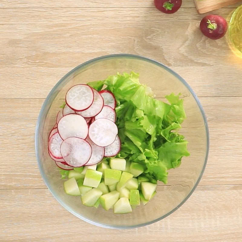 Bước 5 Trộn salad Salad cá hồi sốt sữa chua