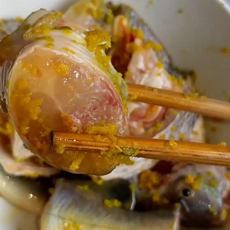 Bước 2 Ướp cá Cá lăng nướng sả nghệ