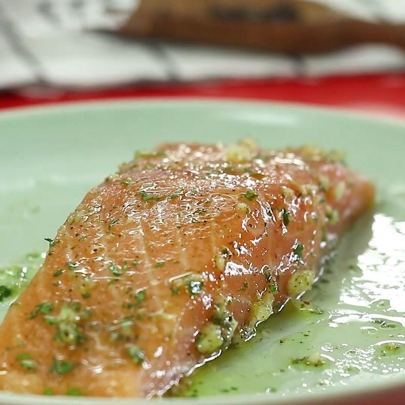 Bước 2 Ướp cá hồi Salad  cá hồi dầu giấm