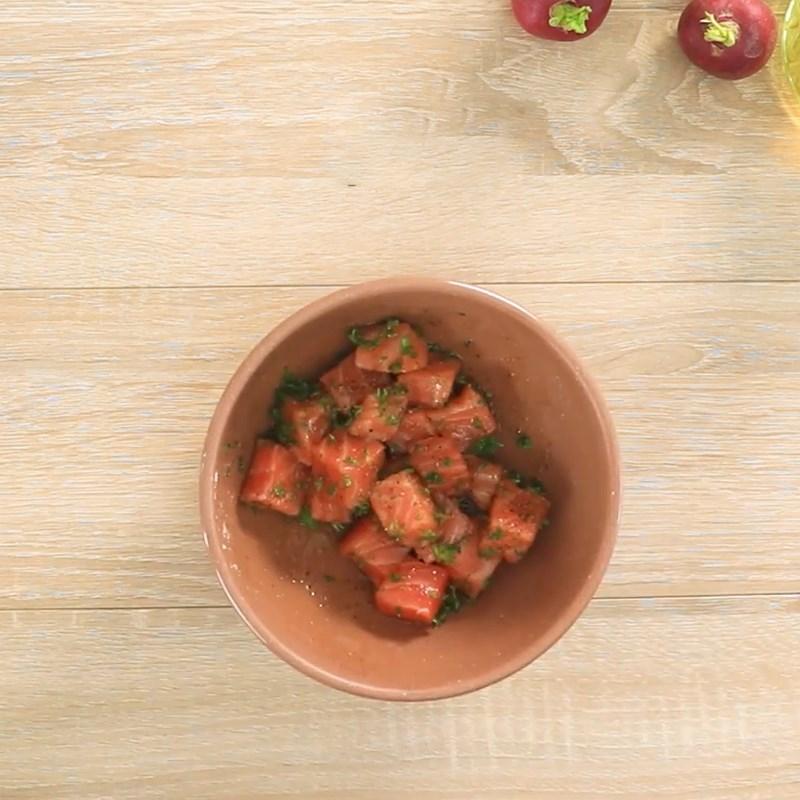 Bước 2 Ướp cá hồi Salad cá hồi sốt sữa chua