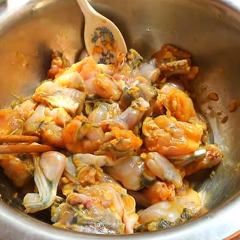 Bước 3 Ướp thịt ếch Cách làm ếch xào măng chua
