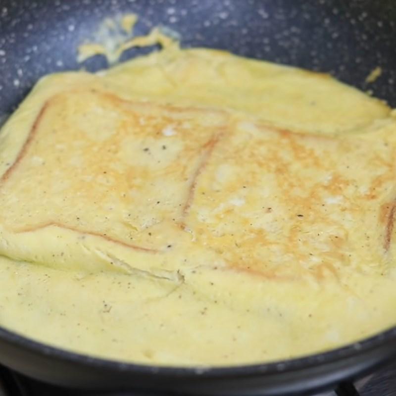 Bước 2 Chiên trứng và bánh mì Sandwich trứng kiểu Pháp