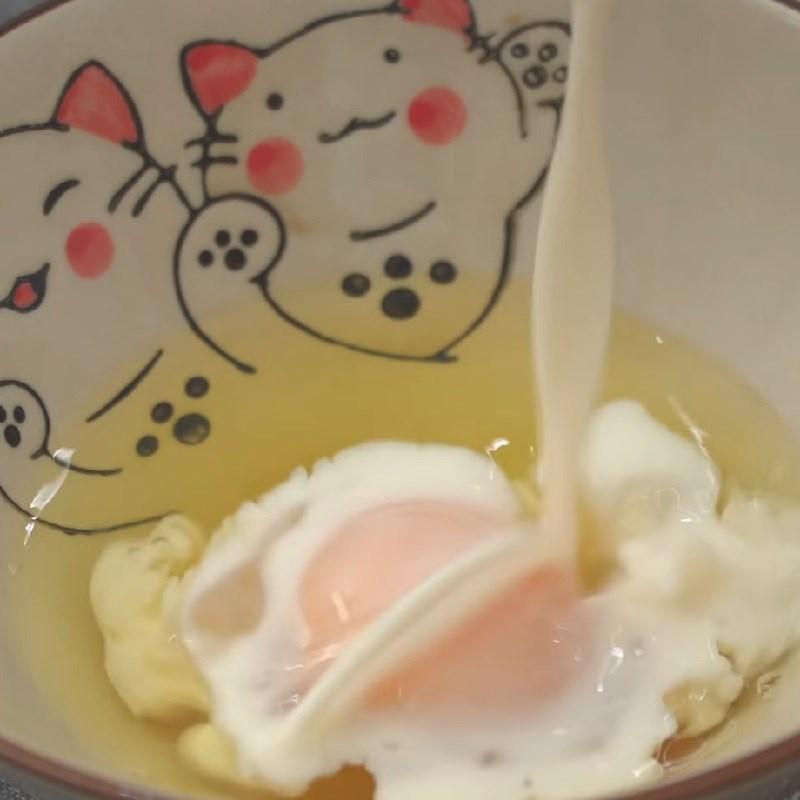 Bước 3 Làm trứng cuộn xúc xích Cơm bento mực chiên