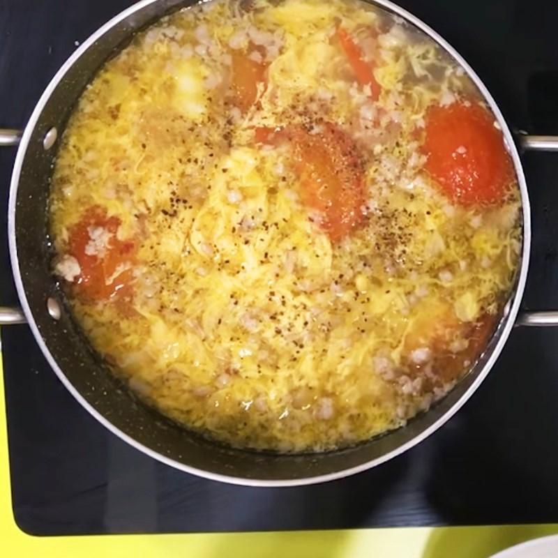 Bước 4 Cho trứng vào Canh cà chua trứng thịt bằm