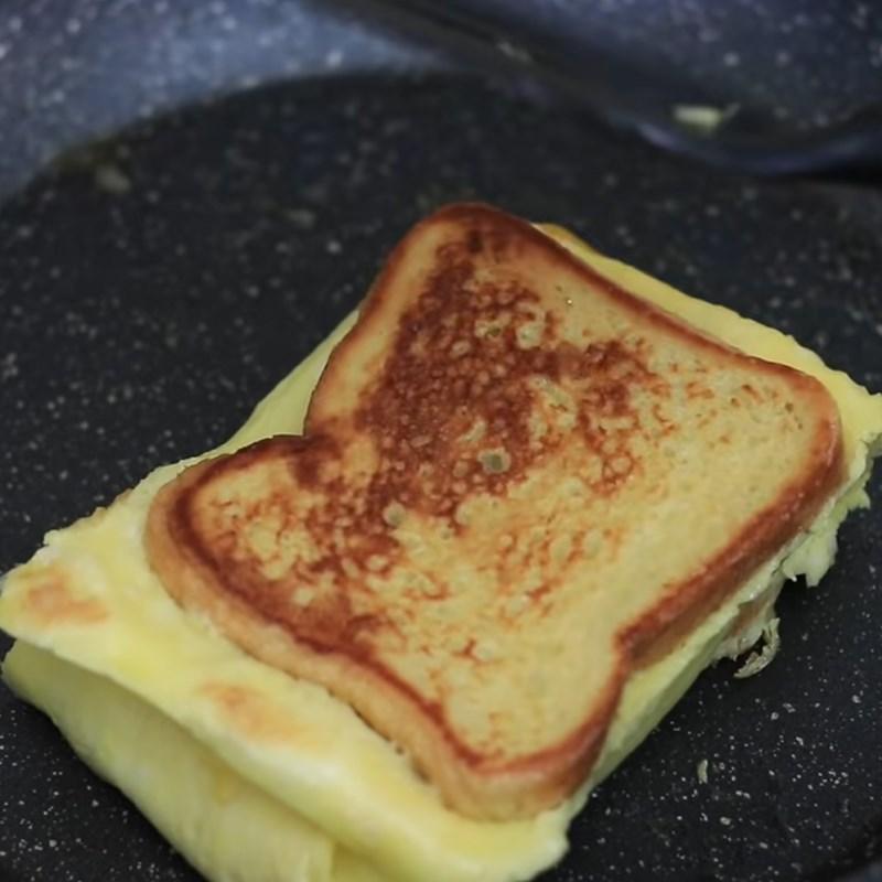 Bước 3 Kẹp nhân phô mai Sandwich trứng kiểu Pháp