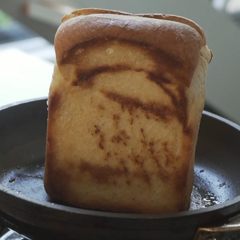 Bước 3 Nướng bánh mì Sandwich trứng kiểu Hàn
