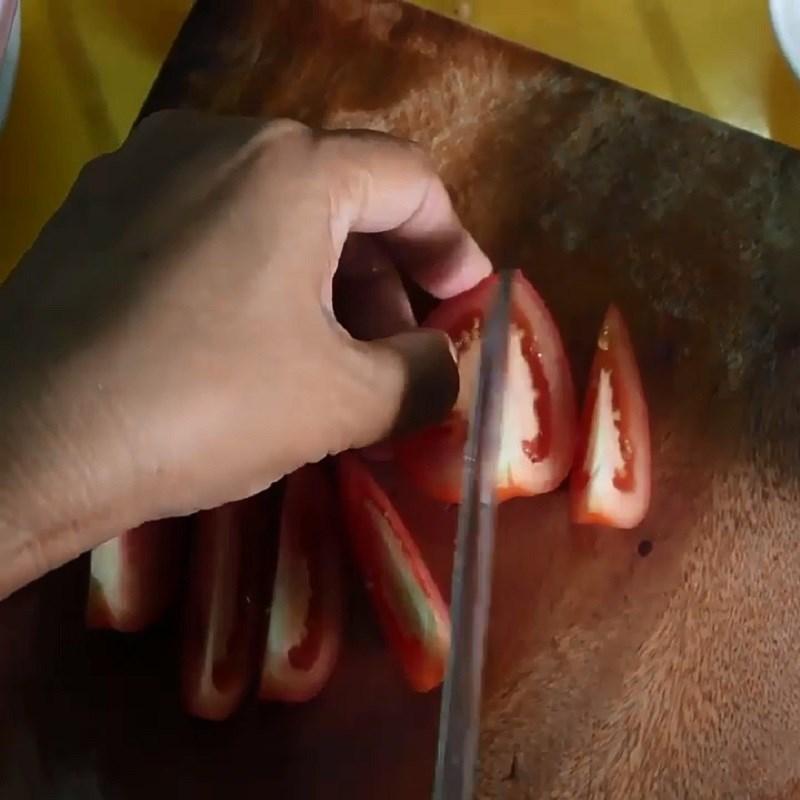 Bước 2 Sơ chế các nguyên liệu khác Canh chua đầu cá thu măng chua