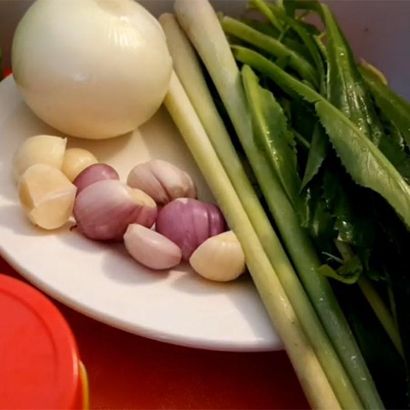 Bước 2 Sơ chế các nguyên liệu khác Thịt thỏ xào lăn