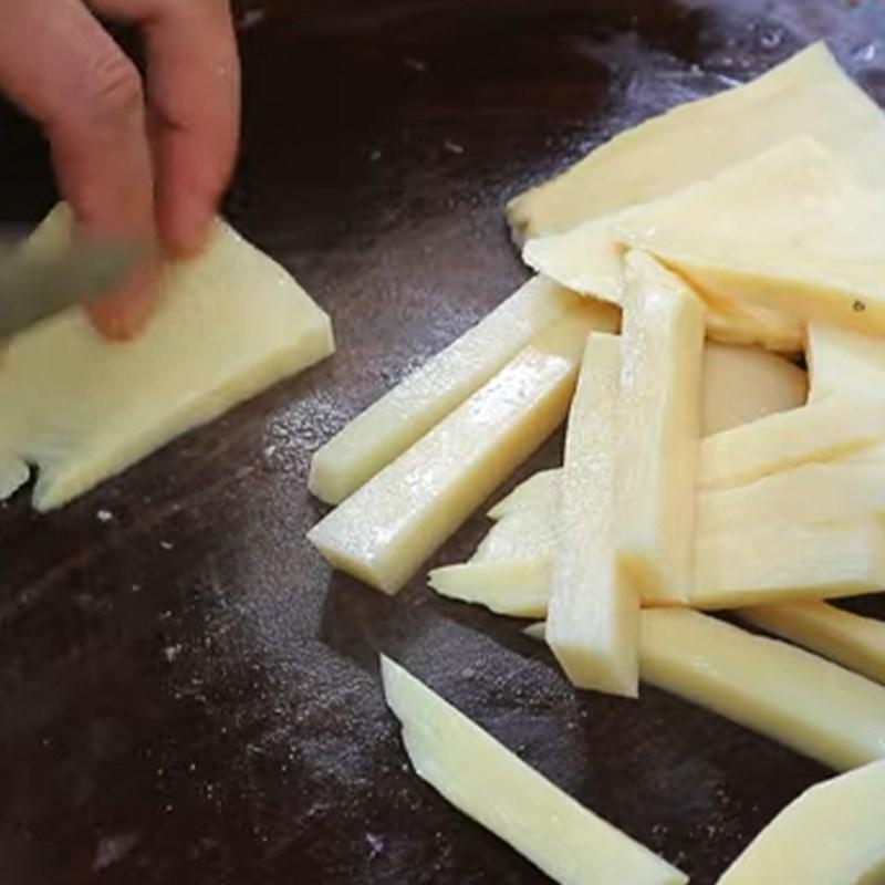 Bước 2 Sơ chế các nguyên liệu khác Cách làm ếch xào măng chua