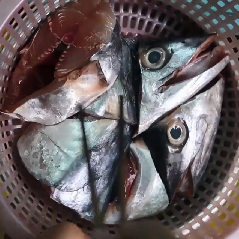 Bước 1 Sơ chế đầu cá thu Canh chua đầu cá thu măng chua