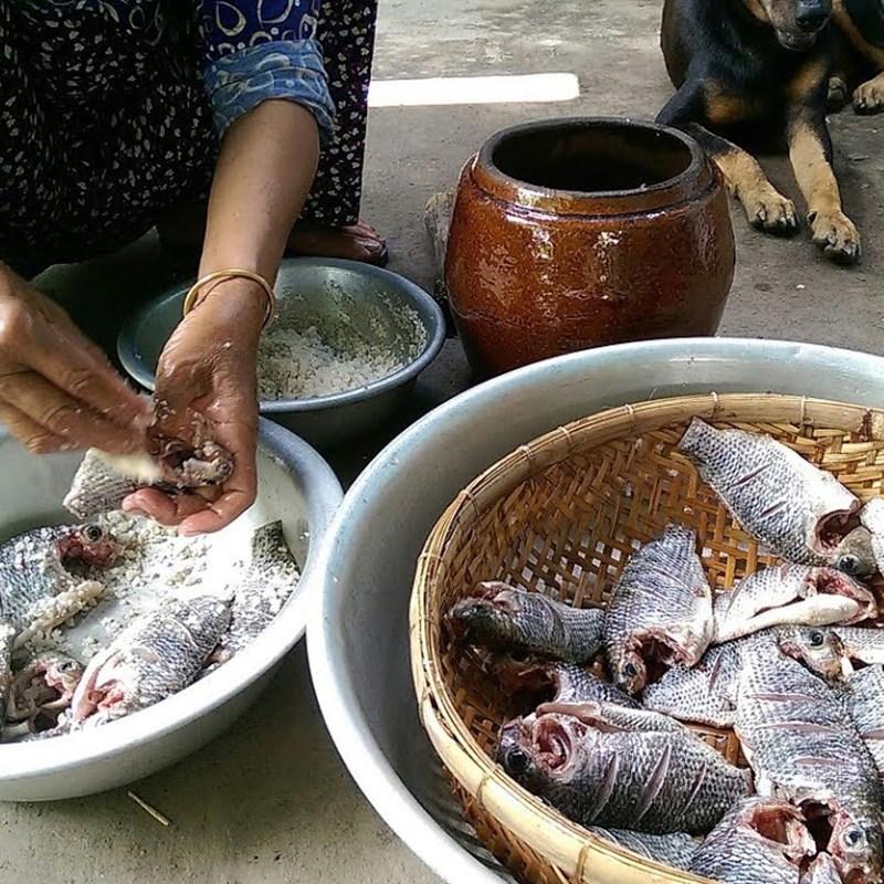 Bước 3 Cho cá vào lọ 1 sốt cá rô