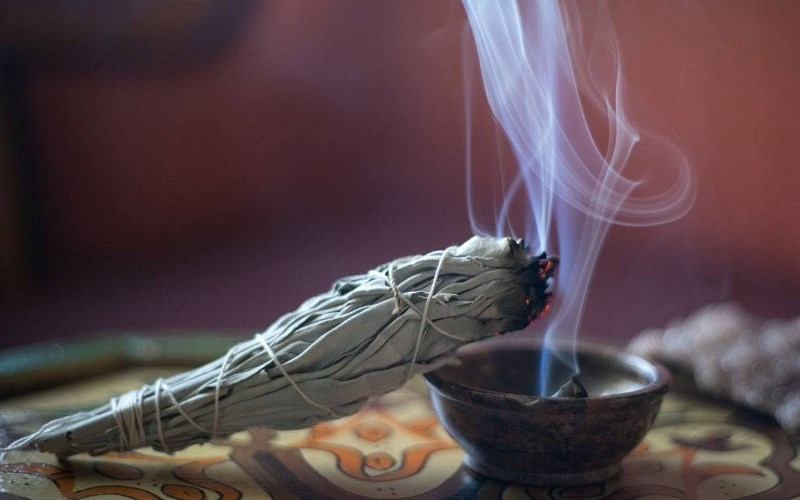 Nhà hiền triết trắng trong buổi lễ tẩy rửa tâm linh