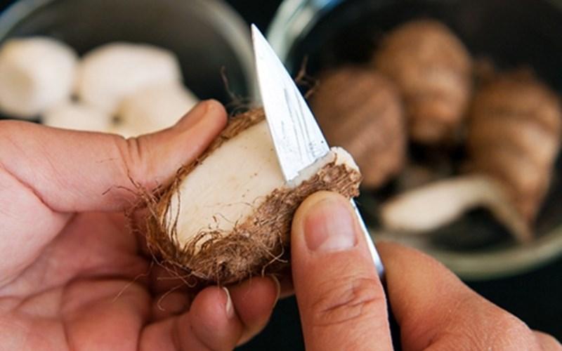 Giữ tay và khoai khô ráo trước khi gọt khoai