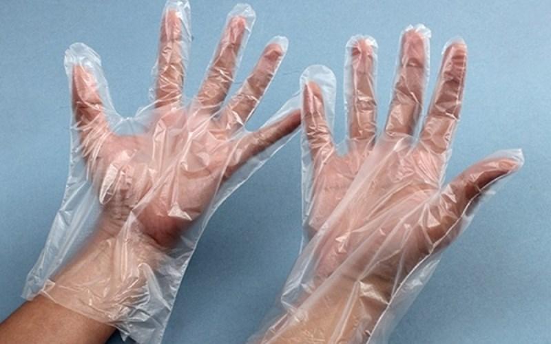 Sử dụng bao tay ni-lông hoặc bao tay vải để gọt khoai