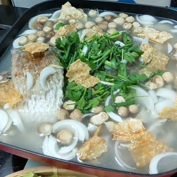Lẩu cá chẽm khoai môn và chua cay