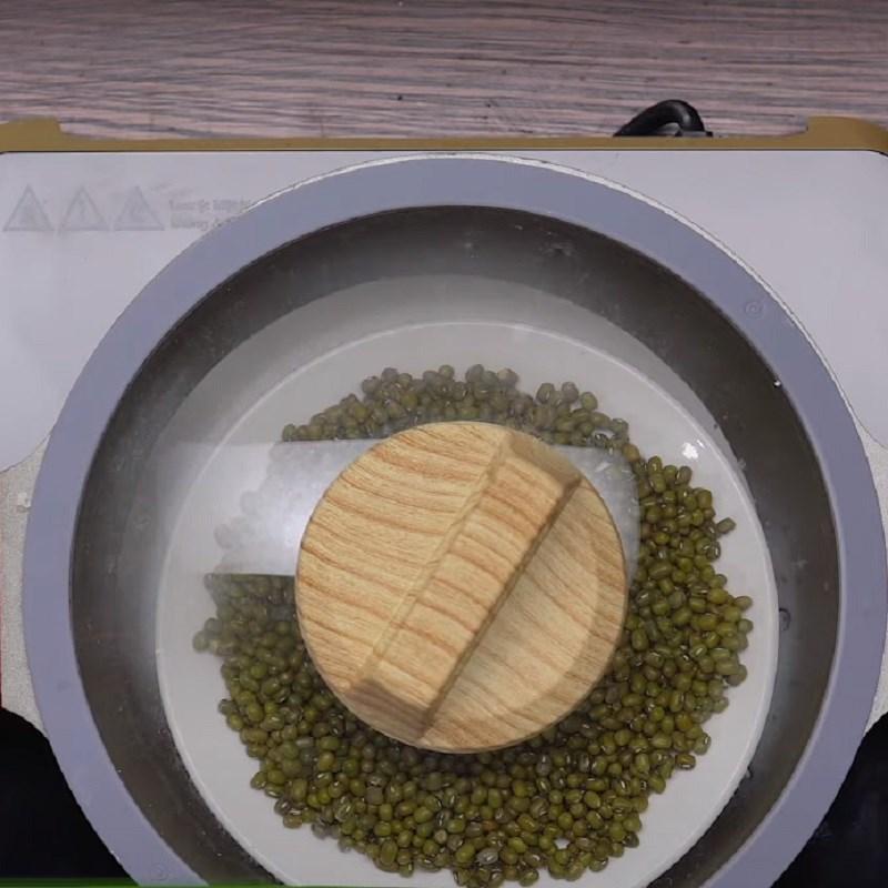 Bước 4 Luộc đậu xanh và xào thịt Bánh xèo miền Tây từ bột pha sẵn