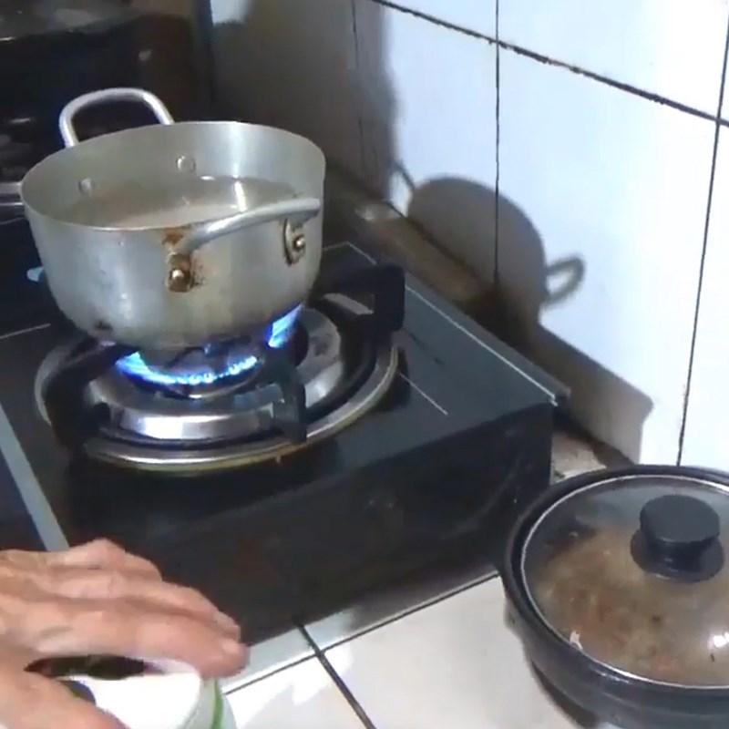Bước 2 Nấu nước muối Ớt ngâm nước muối