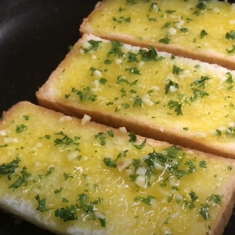Bước 3 Nướng bánh mì bơ tỏi bằng chảo Bánh mì bơ tỏi làm bằng chảo