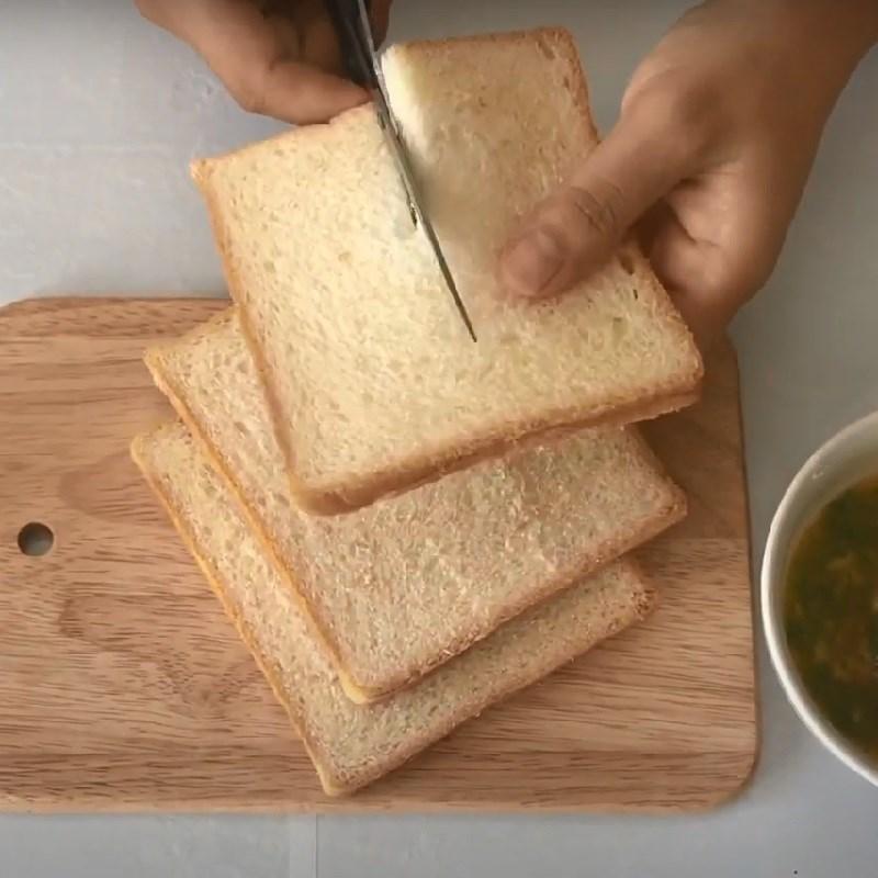 Bước 2 Quết sốt bánh mì Bánh mì bơ tỏi làm bằng chảo