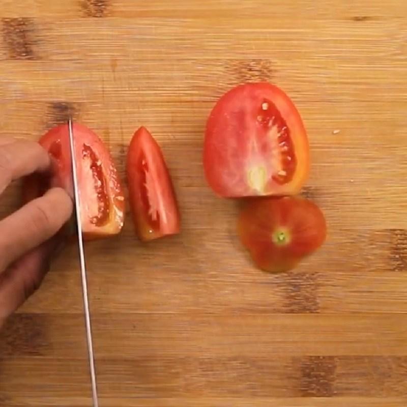 Bước 2 Sơ chế các nguyên liệu khác Nui xào bò bằm cà chua