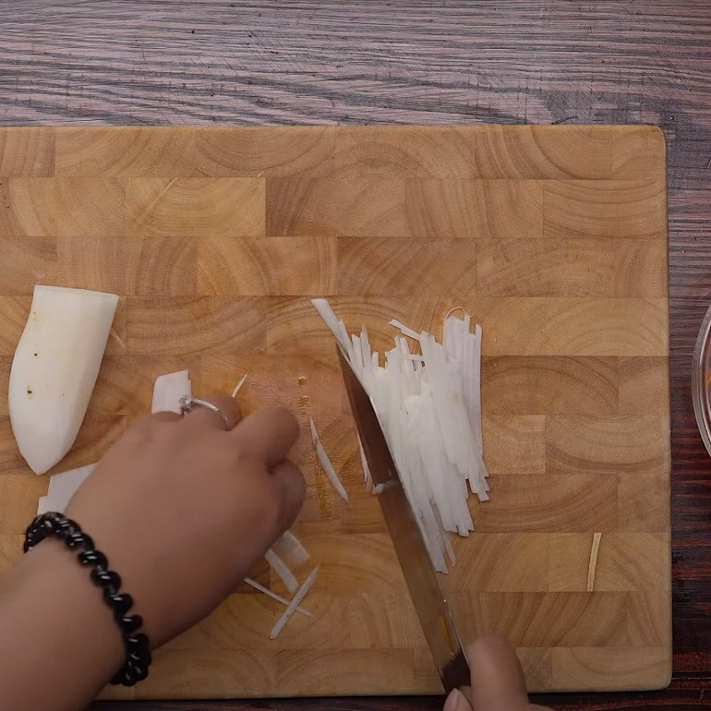 Bước 2 Sơ chế nguyên liệu Bánh xèo miền Tây từ bột pha sẵn