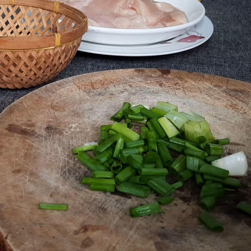 Bước 1 Sơ chế nguyên liệu Ức gà xào nấm đùi gà