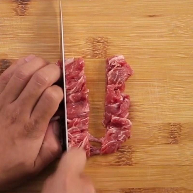 Bước 1 Sơ chế thịt bò Nui xào bò sốt bò kho