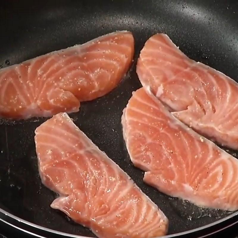 Bước 4 Áp chảo cá hồi Salad cá hồi húng quế