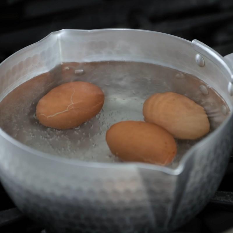 Bước 2 Luộc và nghiền trứng Sandwich trứng cà ri Ấn Độ