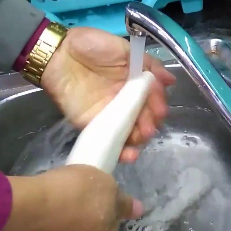 Bước 2 Rửa sắn với nước Sắn (khoai mì) luộc
