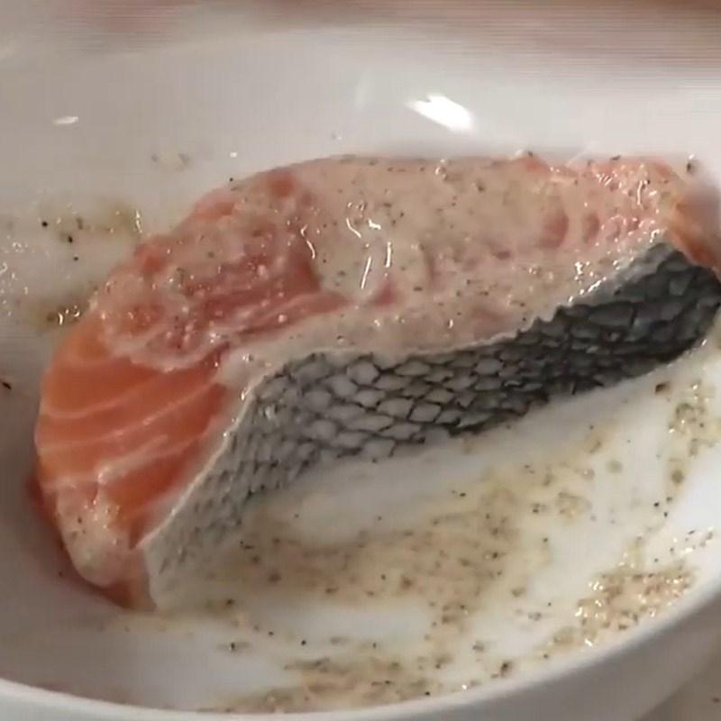 Bước 1 Sơ chế và ướp cá hồi Salad cá hồi húng quế