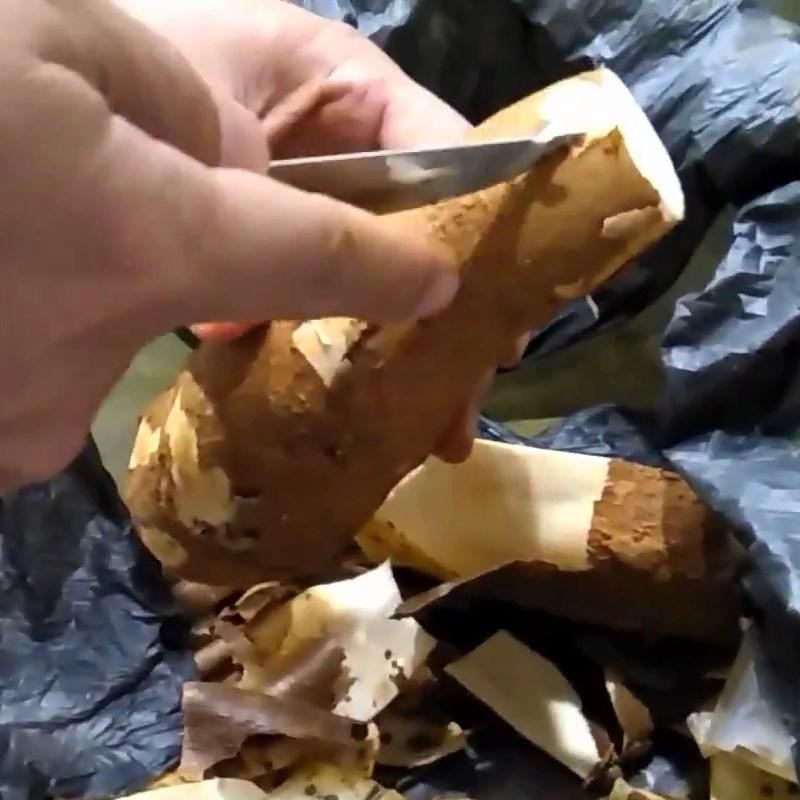 Bước 1 Tách vỏ sắn Sắn (khoai mì) luộc