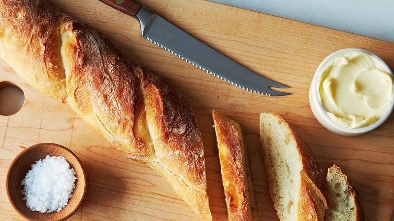 Ăn bánh mì nướng