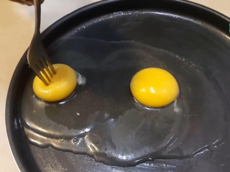 Sẵn sàng đâm vào lòng đỏ trứng