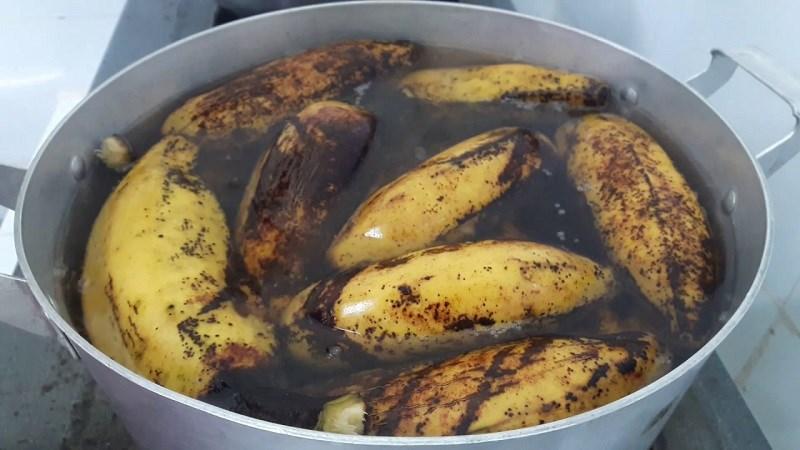 Cho hết phần chuối sáp (đã rửa sạch) vào nồi, đổ ngập nước
