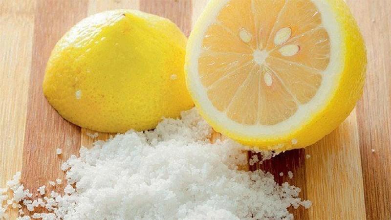 Làm sạch lưỡi heo với chanh và muối
